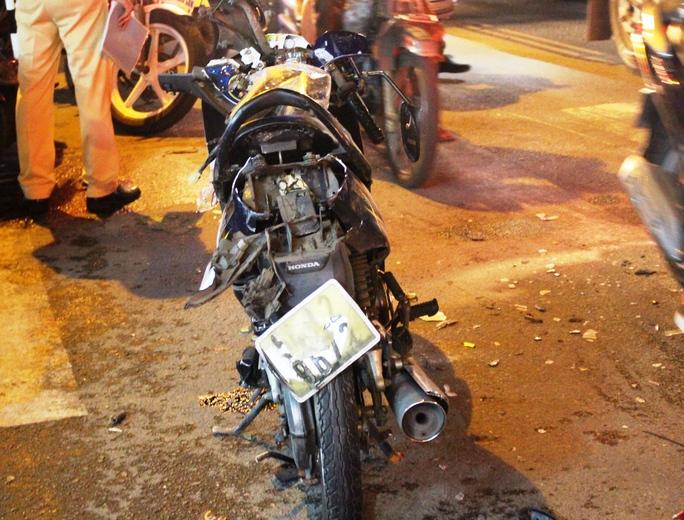 """TP HCM: """"Xe điên"""" tông hàng loạt xe máy rồi điên cuồng bỏ chạy - Ảnh 1."""