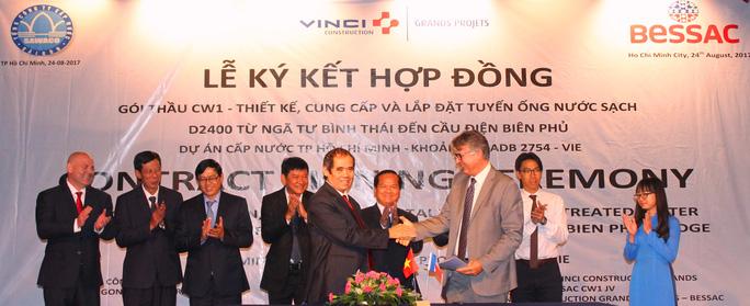 Lắp đặt tuyến ống nước sạch băng sông Sài Gòn - Ảnh 1.