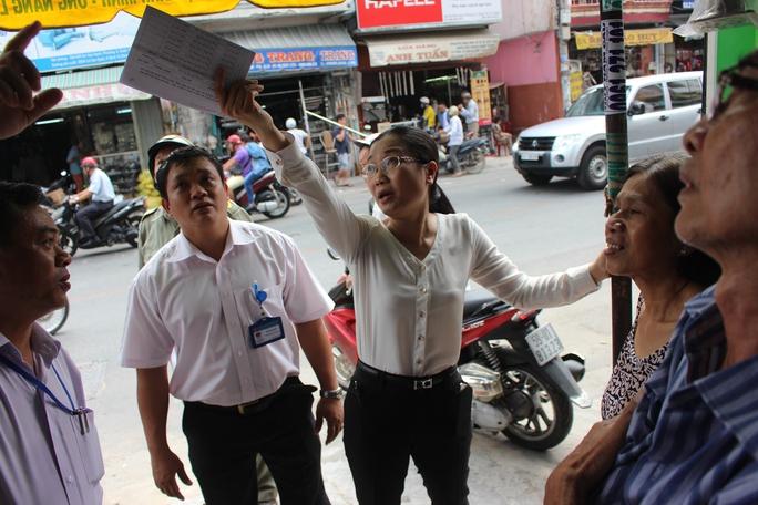 Nữ phó chủ tịch UBND quận 10 Nguyễn Thu Nga dẫn đầu đoàn liên ngành lập lại trật tự vỉa hè trên nhiều tuyến phố.