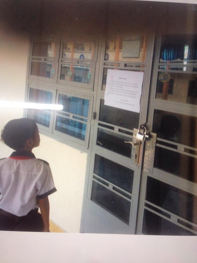 Học sinh ngơ ngác khi bị đóng cửa lớp học