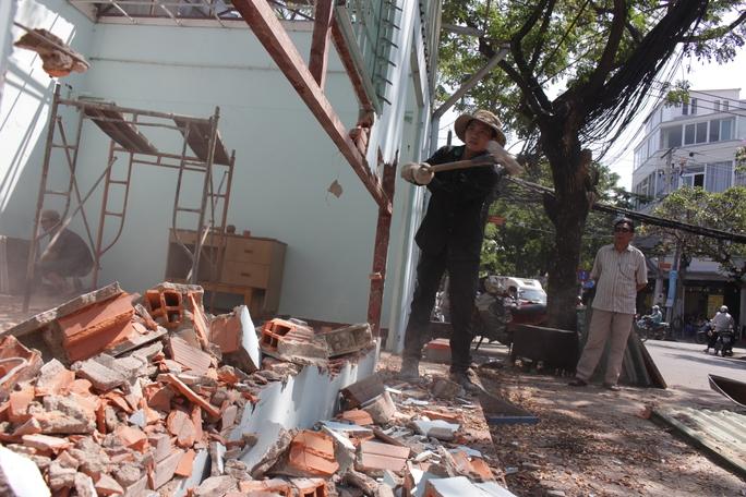 Phường 15 chủ động tháo dỡ trụ sở khu phố 7 để làm gương cho dân.