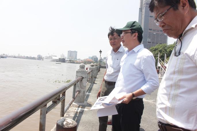 Khảo sát tại khu vực này, nhận thấy lan can thấp và hở, ông Thuận nói với cán bộ phụ trách phải sửa lại lan can, lắp thêm tấm chắn để đám bảo an toàn cho người dân tham quan, đặc biệt là trẻ em.