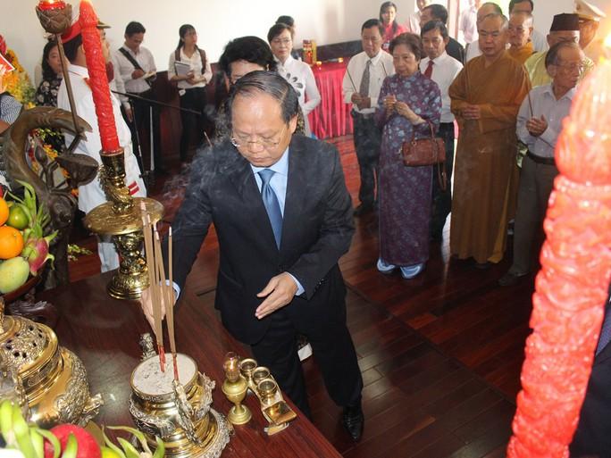 Ông Lê Thanh Hải cùng lãnh đạo TP HCM dâng hương Bác Hồ - Ảnh 2.