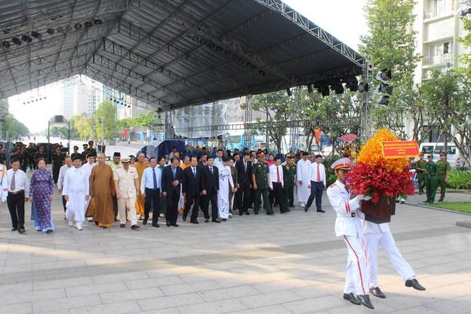 Ông Lê Thanh Hải cùng lãnh đạo TP HCM dâng hương Bác Hồ - Ảnh 4.
