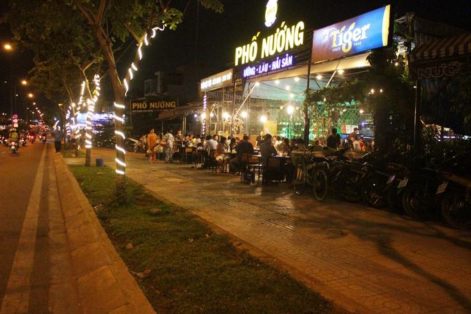 Hầu hết việc buôn bán trên đường Phạm Văn Đồng chỉ từ sát mép vỉa hè trở vào bên trong.