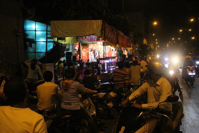 Do lễ Kỳ Yên được tổ chức ngay đại lộ Võ Văn Kiệt nên nhiều người đi đường dừng xe lại, thích thú xem hát tuồng cổ.