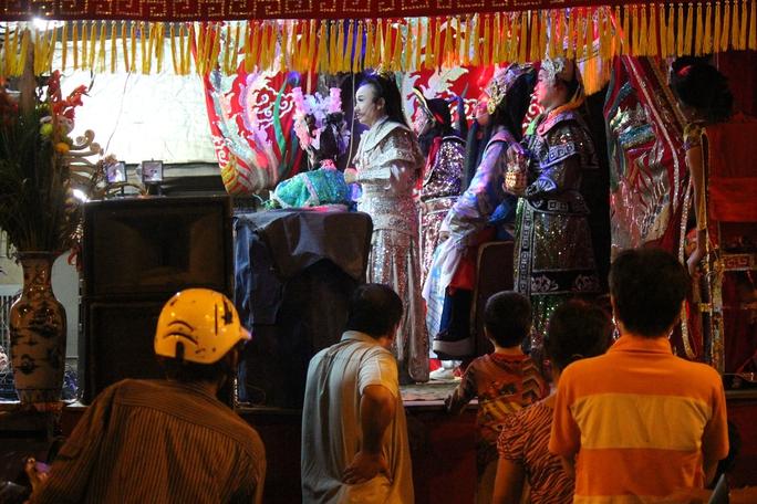 Năm nào cũng vậy, hoạt động hát chầu vẫn với vở diễn Thạch Kim Huê đả hổ quen thuộc, thậm chí có người biết trước nội dung nhưng người lớn lẫn trẻ em đều chăm chú theo dõi.