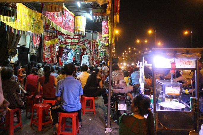 Bốn hôm nay, cứ đêm đến, người dân sinh sống gần miếu Bà Ngũ Hành (miếu 5 bà) lại rộn ràng về đây thưởng thức tuồng cổ trong hội lễ Kỳ Yên.