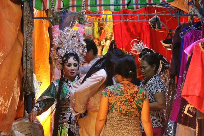 Các nghệ sĩ chuẩn bị kỹ lưỡng trang phục trong cánh gà để chuẩn bị nhập vai.
