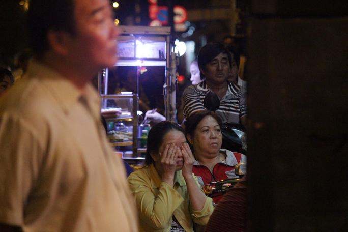 Người phụ nữ che mắt lại khi xem 1 phân đoạn kịch tính trong vở diễn Thạch Kim Huê đả hổ. Các diễn viên của đoàn kịch Trương Mình đã cùng nhau thực hiện vở diễn này.