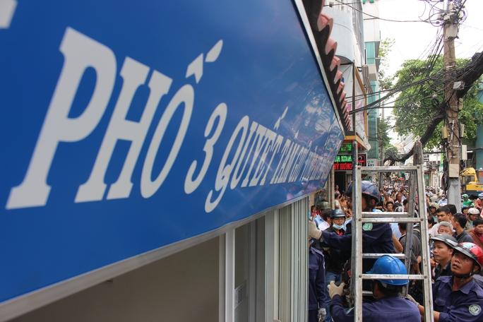 Trụ sở khu phố 3, phường Tân Định, quận 1 lấn chiếm vỉa hè bị tháo dỡ.
