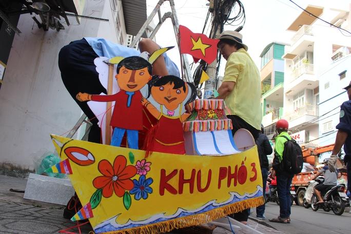 Vận chuyển đồ đạc từ trong trụ sở khu phố 3, phường Tân Định ra ngoài để chuẩn bị tháo dỡ.