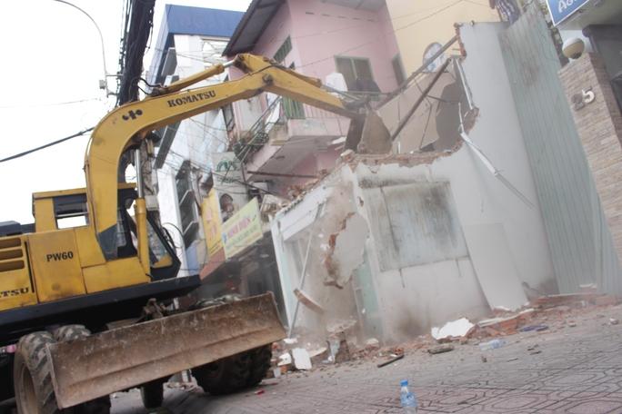 Sau 2 giờ, trụ sở khu phố lấn chiếm vỉa hè bị tháo dỡ hoàn toàn.