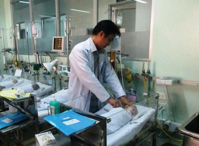Bệnh viện cứu cháu bé bị bỏ rơi có khối u lớn - Ảnh 2.