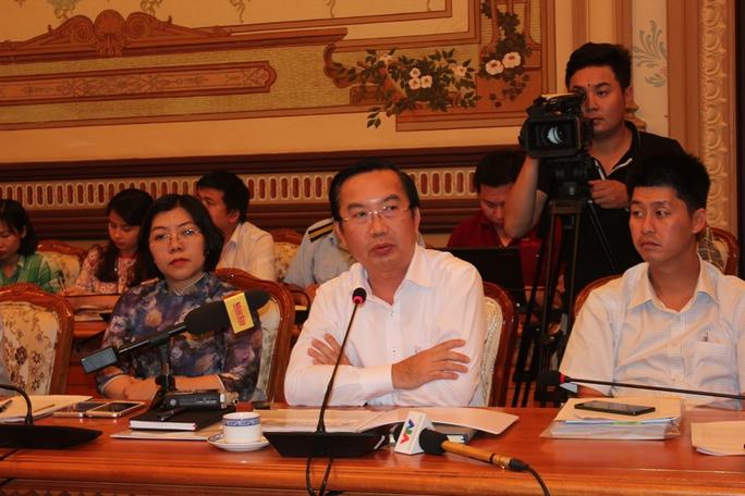 Chủ tịch UBND quận 1 Trần Thế Thuận báo cáo dự án chợ phiên cuối tuần. (Ảnh: Phan Anh)
