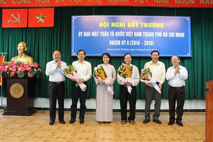 Phó Bí thư Thường trực Thành ủy TP HCM Tất Thành Cang (bìa trái) tặng hoa chúc mừng chủ tịch, phó chủ tịch và 2 Ủy viên Ủy ban MTTQ TP HCM