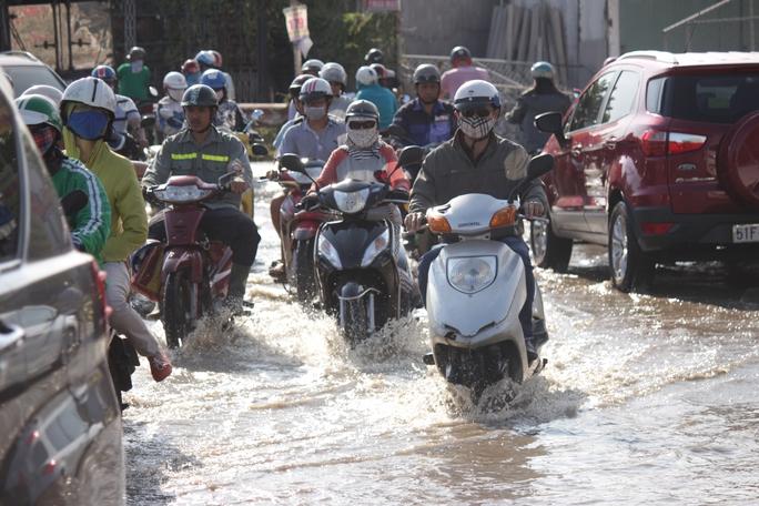 Vỡ ống nước gây ngập nặng đường bên dưới dạ cầu Sài Gòn