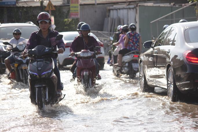 Đoạn đường khoảng 50 m ngập khoảng 0,3 m tại đường dưới dạ cầu Sài Gòn