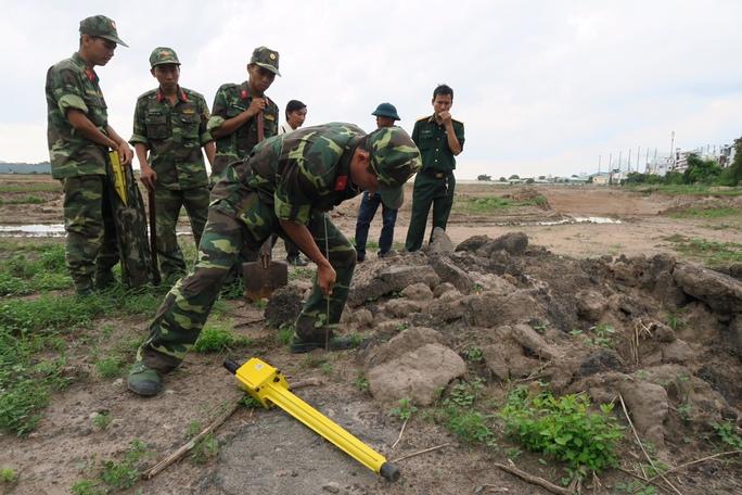 TP HCM: Tiếp tục tìm mộ liệt sĩ trong sân bay Tân Sơn Nhất - Ảnh 1.