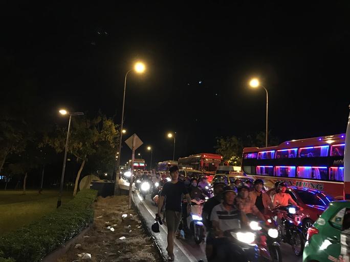 Đường Xô Viết Nghệ Tĩnh, đoạn trước Bến xe Miền Đông cũng trong tình trạng ùn tắc nghiêm trọng suốt từ khoảng 17 giờ và đến 21 giờ vẫn chưa có dấu hiệu thuyên giảm