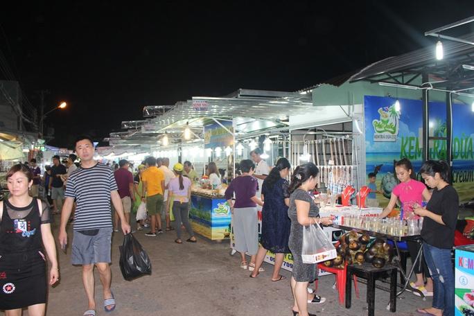 Chợ đêm Phú Quốc đón khách du lịch tấp nập trở lại - Ảnh 7.