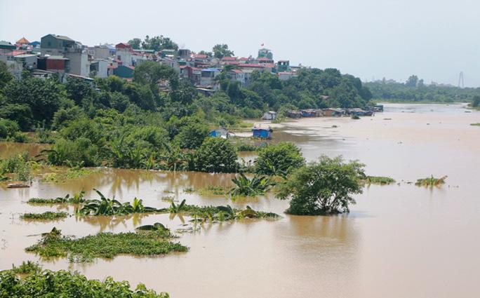 Thủy điện Hòa Bình xả đáy, dân xóm chài sông Hồng thấp thỏm - Ảnh 1.