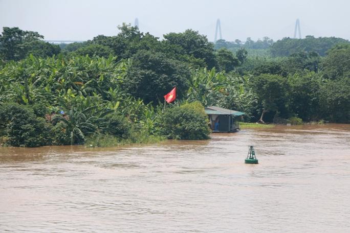 Thủy điện Hòa Bình xả đáy, dân xóm chài sông Hồng thấp thỏm - Ảnh 2.