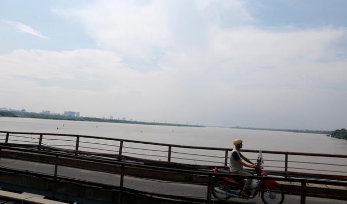 Thủy điện Hòa Bình xả đáy, dân xóm chài sông Hồng thấp thỏm - Ảnh 3.