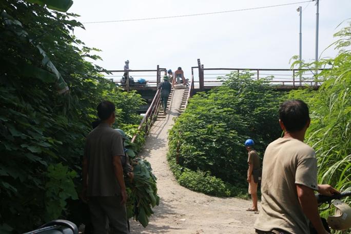 Thủy điện Hòa Bình xả đáy, dân xóm chài sông Hồng thấp thỏm - Ảnh 4.