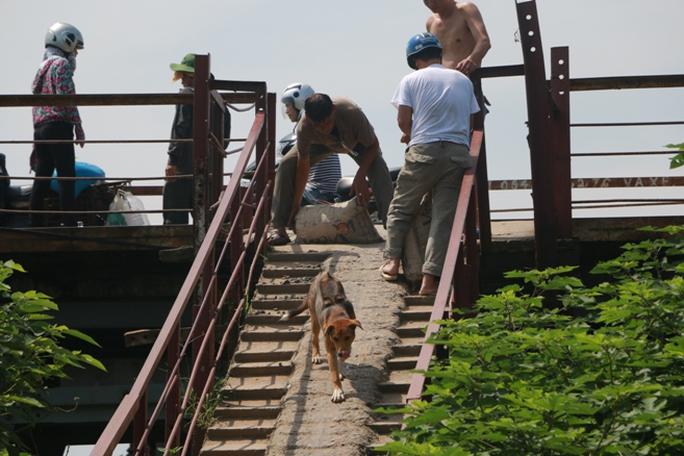 Thủy điện Hòa Bình xả đáy, dân xóm chài sông Hồng thấp thỏm - Ảnh 5.
