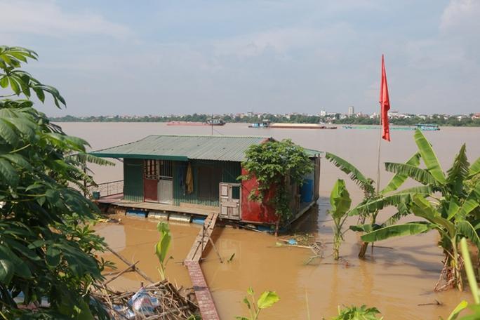 Thủy điện Hòa Bình xả đáy, dân xóm chài sông Hồng thấp thỏm - Ảnh 7.