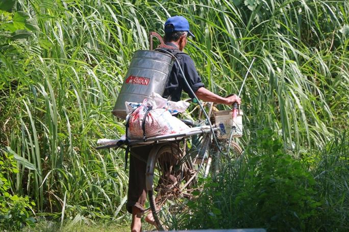 Thủy điện Hòa Bình xả đáy, dân xóm chài sông Hồng thấp thỏm - Ảnh 8.
