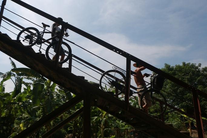 Thủy điện Hòa Bình xả đáy, dân xóm chài sông Hồng thấp thỏm - Ảnh 6.