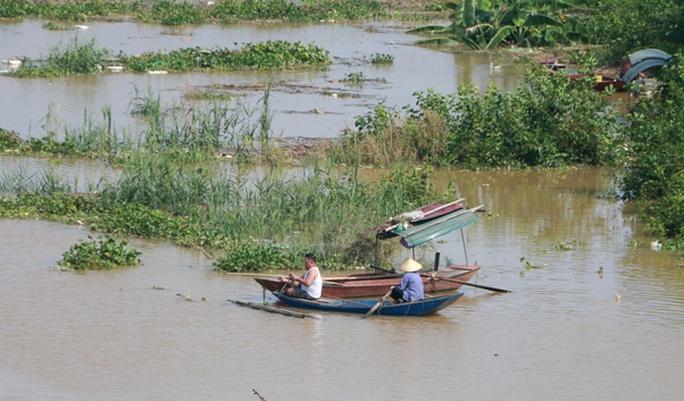 Thủy điện Hòa Bình xả đáy, dân xóm chài sông Hồng thấp thỏm - Ảnh 15.