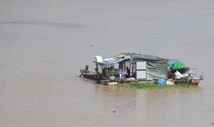 Thủy điện Hòa Bình xả đáy, dân xóm chài sông Hồng thấp thỏm - Ảnh 14.