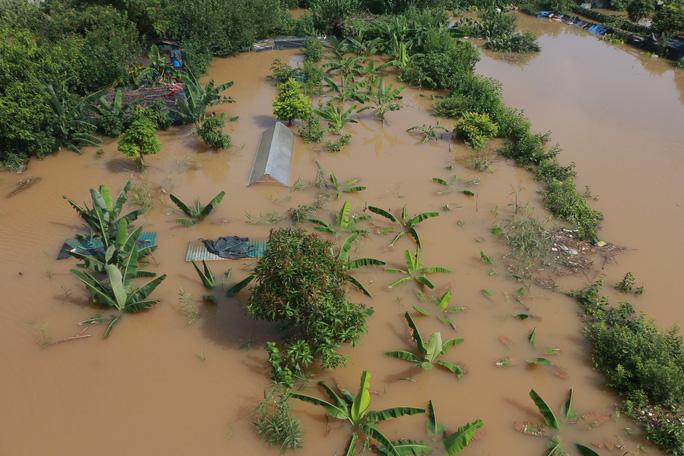 Thủy điện Hòa Bình xả đáy, dân xóm chài sông Hồng thấp thỏm - Ảnh 13.