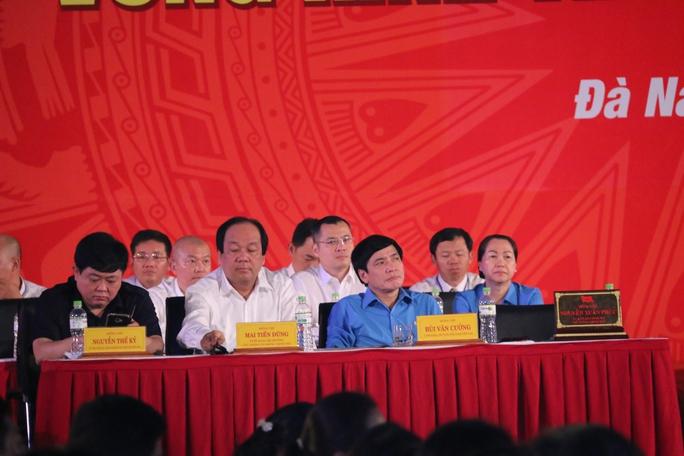 Ông Bùi Văn Cường (thứ 2, hàng đầu, từ phải qua) lắng nghe từng câu hỏi của công nhân