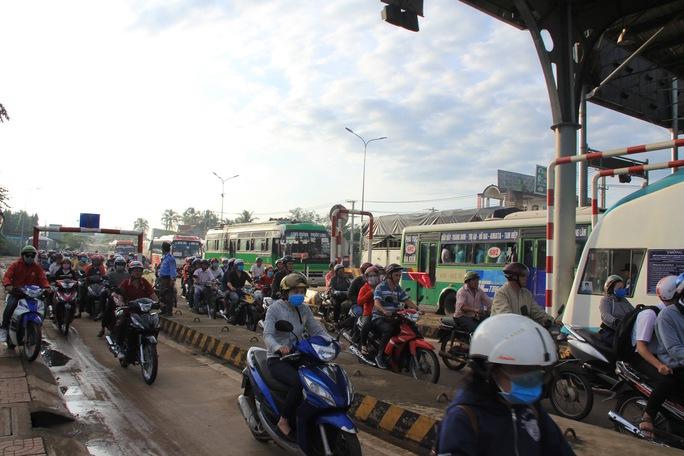 Toàn cảnh thất thủ ở BOT tuyến tránh Biên Hòa sáng 12-9 - Ảnh 2.