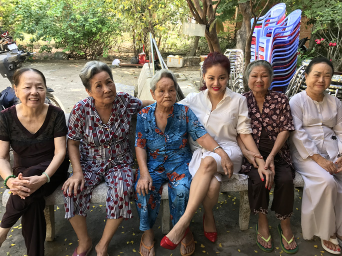 NS Lê Giang trò chuyện với các NS lão thành tại Khu dưỡng lão Nghệ sĩ TP HCM
