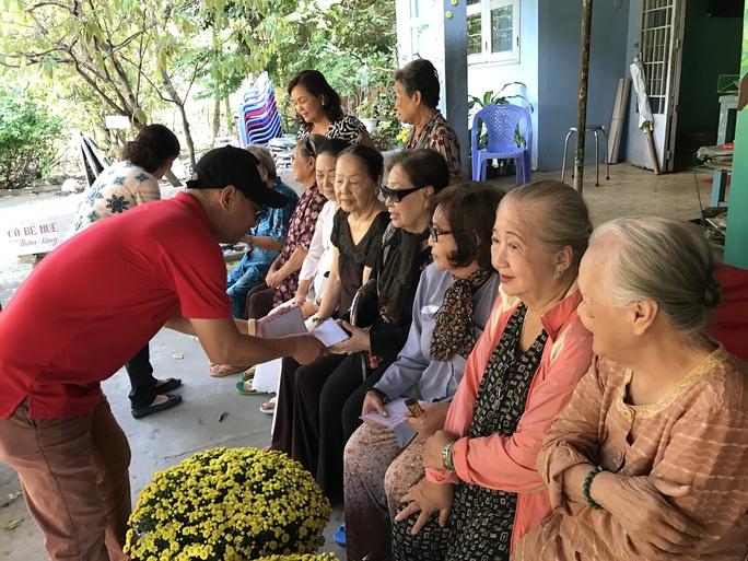 NS Tô Châu, Chủ nhiệm CLB Hoa Lan Trắng của sầu nữ Út Bạch Lan, trao tiền lì xì cho các NS lão thành