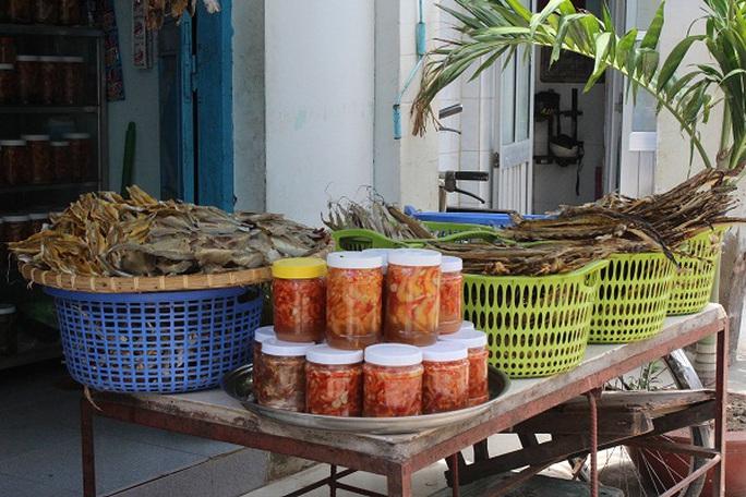 Đặc sản địa phương được bày bán khắp xã đảo