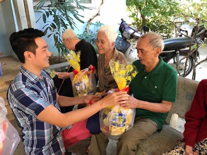 Ca sĩ Nguyễn Phi Hùng trao quà tết cho NS lão thành