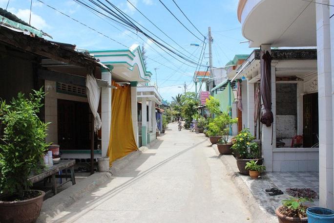 Những con đường được tráng bê tông thẳng tắp là minh chứng rõ nét về sức sống của xã đảo Thạnh An