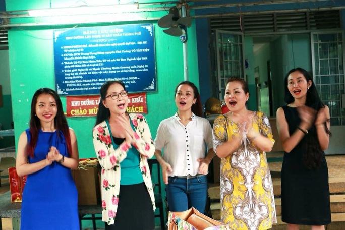 Các NS: Kim Xuân, Quỳnh Liên, Hạnh Thúy, hát tặng các NS lão thành