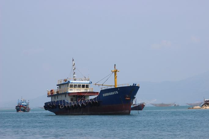 Sau 40 giờ chìm tàu, vẫn chưa tìm thấy 5 thuyền viên gặp nạn - Ảnh 1.