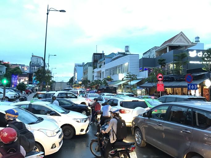 Ngàn người và xe chôn chân quanh sân bay Tân Sơn Nhất - Ảnh 6.