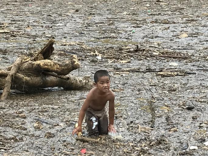 Người già, trẻ nhỏ Mù Cang Chải bơi ra giữa dòng nước lũ vớt củi - Ảnh 8.