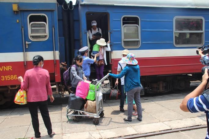 Toàn cảnh tàu xe phục vụ lễ Quốc Khánh 2-9 - Ảnh 4.