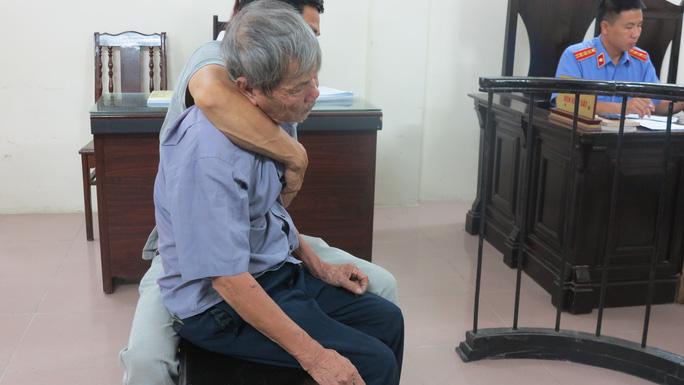 Dụ bim bim, cụ ông gần 80 tuổi giở trò đồi bại với bé gái 3 tuổi - Ảnh 1.
