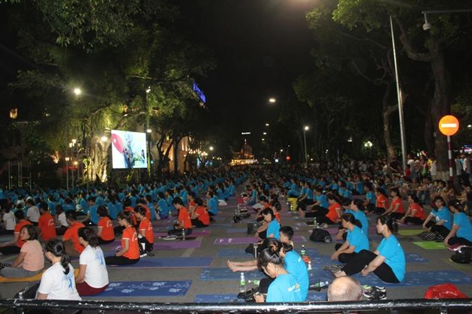 Màn trình diễn Yoga của 4.000 người trên phố đi bộ Hồ Gươm - Ảnh 2.